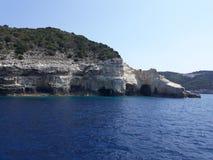 Caverne vicino al mare ionico immagini stock libere da diritti