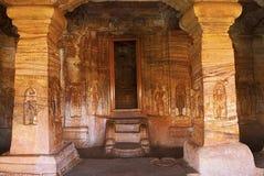 Caverne 4 : Vue du hall, étapes menant au sanctorum de sanctuaire, qui est 25 5 pieds, 7 8 m, se prolongent au loin à une profond Photos libres de droits