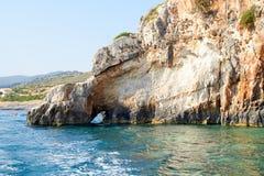 Cavernes bleues au jour ensoleillé lumineux Zakinthos Grèce Images stock