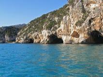 Cavernes de bord de la mer photo libre de droits
