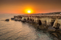 Cavernes de mer au coucher du soleil La mer Méditerranée paradis de nature d'élément de conception de composition photographie stock libre de droits