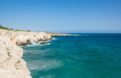 Cavernes de mer de cap de greco de Cavo Paysage de la mer Méditerranée Photo stock