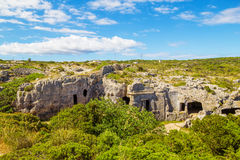 Cavernes de nécropole de Cala Morell Photo stock
