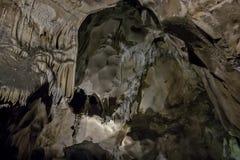 Cavernes et formations de caverne dans le canyon de la rivière à côté de Bor photographie stock libre de droits