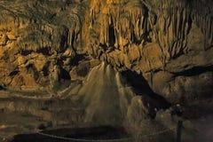 Cavernes et formations de caverne dans le canyon de la rivière Images libres de droits