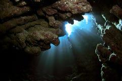Cavernes sous-marines avec les faisceaux de lumière Image libre de droits