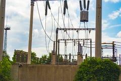 Cavi ad alta tensione sui pali nell'ambito di alta tensione Immagine tinta Centrali elettriche sull'industria Immagini Stock