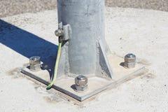 Cavi collegati alla barra al suolo elettrica Messa a terra elettrica immagine stock libera da diritti