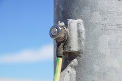 Cavi collegati alla barra al suolo elettrica Messa a terra elettrica fotografie stock libere da diritti