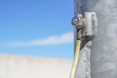 Cavi collegati alla barra al suolo elettrica Messa a terra elettrica fotografia stock libera da diritti