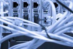 Cavi della fibra connessi ai server Fotografia Stock