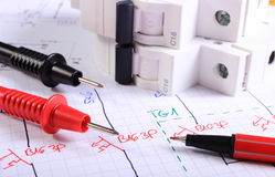 Cavi della penna del multimetro e del fusibile elettrico sul disegno elettrico immagini stock