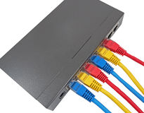 Cavi della rete collegati al router Fotografia Stock Libera da Diritti