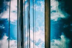 Cavi di energia davanti ad una costruzione corporativa fotografie stock