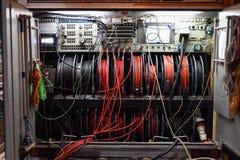 Cavi e pannello di controllo di un camion di radiodiffusione della televisione fotografia stock libera da diritti