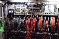 Cavi e pannello di controllo di un camion di radiodiffusione della televisione fotografia stock