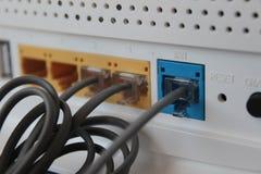 Cavi e porti elettronici del modem fotografia stock