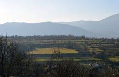 Cavi elettrici al villaggio nella base della montagna Fotografia Stock