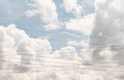 Cavi elettrici attraverso il cielo Fotografia Stock