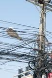 Cavi elettrici caotici in Tailandia Immagine Stock