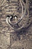 Cavi elettrici riparati sulla parete Fotografie Stock Libere da Diritti