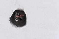 Cavi esposti in sbocco elettrico Fotografie Stock Libere da Diritti