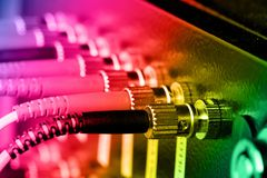 Cavi ottici della fibra connessi ad un interruttore Fotografie Stock