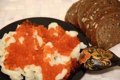Caviale e patate nazionali russi dell'alimento Fotografia Stock