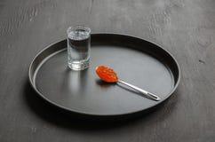 Caviale e vetro rossi di vodka Fotografia Stock