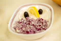 Caviale ed insalata tagliata della cipolla in ciotola ceramica Immagini Stock Libere da Diritti