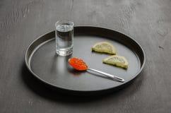 Caviale, limone e vetro rossi di vodka Fotografie Stock Libere da Diritti