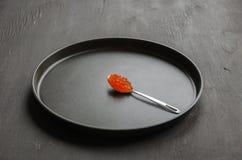 Caviale rosso in cucchiaio Immagini Stock