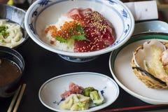 Caviale rosso dell'alimento giapponese con riso ed il sashimi su un piatto immagini stock