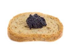 Caviale sopra il pezzo di pane tostato Fotografie Stock Libere da Diritti