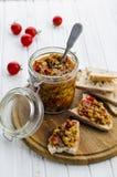 Caviar d'aubergine dans un pot en verre Photographie stock libre de droits