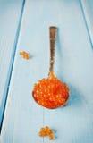 Caviar de los salmones rojos en cuchara Fotos de archivo libres de regalías