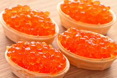 Caviar, dispersado en cuatro cabezas de un hueso de la galleta Fotos de archivo