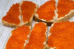 Caviar dos aperitivos no prato do jantar das guloseimas da culinária do pão de centeio integral, imagens de stock royalty free
