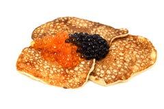 Caviar dos salmões e de beluga com panquecas russian foto de stock royalty free