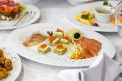 Caviar e peixes do aperitivo Sanduíche com salmões do mar e o caviar vermelho Imagem de Stock