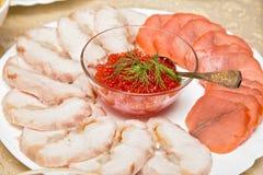 Caviar em uma placa com carne cortada Imagens de Stock