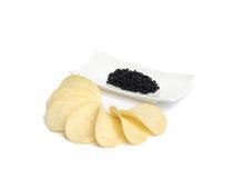 Caviar et pommes chips noirs Photographie stock libre de droits