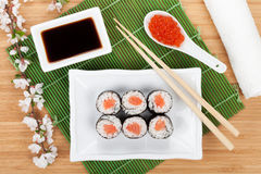 Caviar, grupo do sushi, ramo de sakura e hashis vermelhos Fotos de Stock Royalty Free