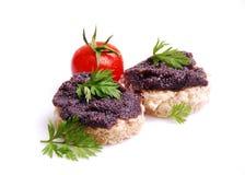 Caviar negro fresco de los pescados en el pan Foto de archivo