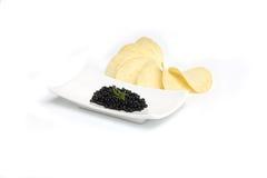 Caviar noir avec l'aneth dans la plaque Images libres de droits
