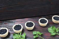 Caviar noir et rouge pour des invités et des amis Image libre de droits