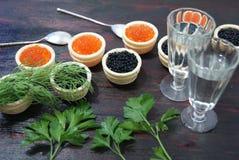 Caviar noir et rouge pour des invités et des amis Images libres de droits