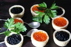 Caviar noir et rouge pour des invités et des amis Photo stock