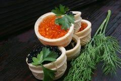 Caviar noir et rouge pour des invités et des amis Image stock