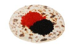 Caviar preto e vermelho no flatbread foto de stock